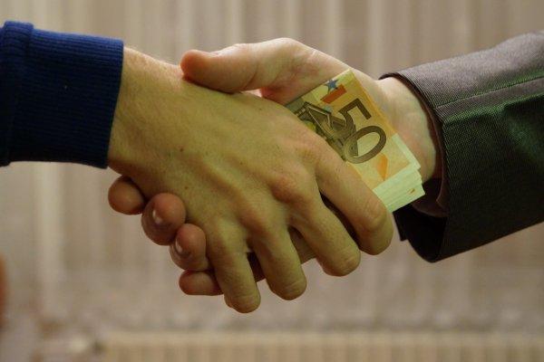 «Серую зарплату» в России получат около 15 млн граждан