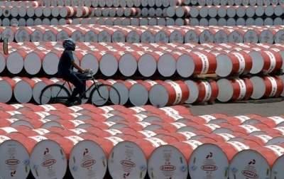 Цены на нефть ускорили падение перед встречей ОПЕК